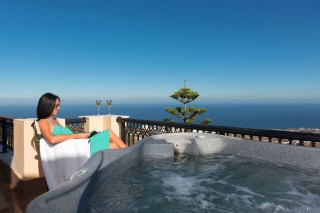 honeymoon suite aelia by eltheon jacuzzi